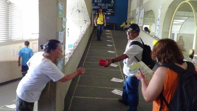 Alunos e tutores do Polo participando de um dos jogos da VII Exposição de insetos